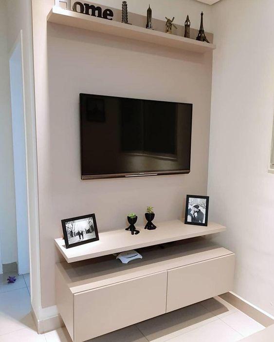 Painel de tv feito sob medida de cor clara.