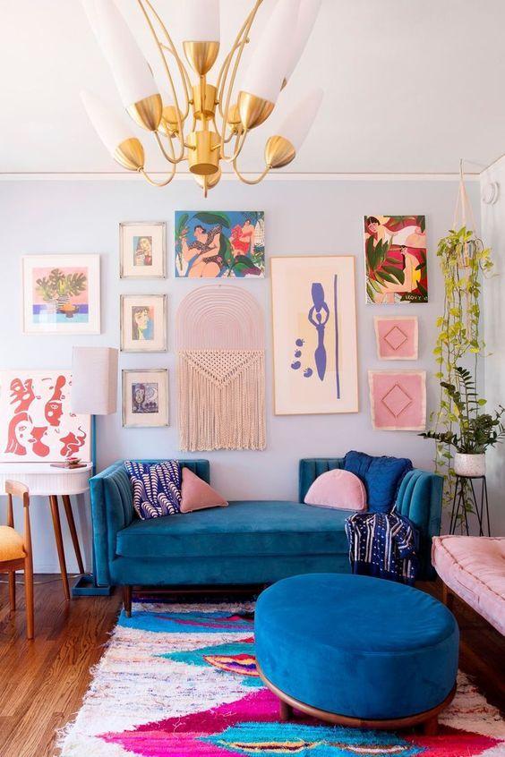 Sofá de modelo exótico azul.