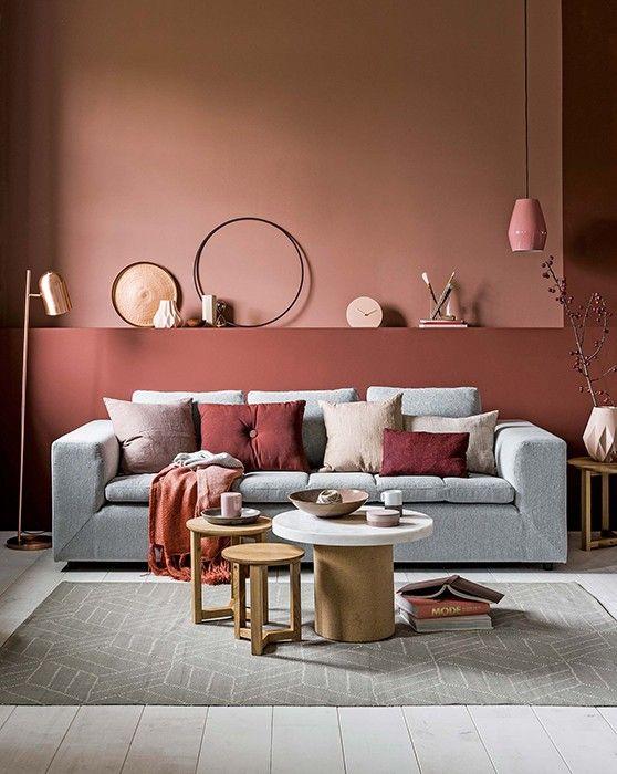 Sala toda rosa com sofá claro.