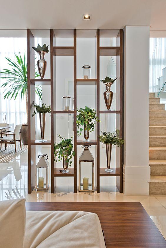Nichos de madeira com vasos de plantas suportes para velas.