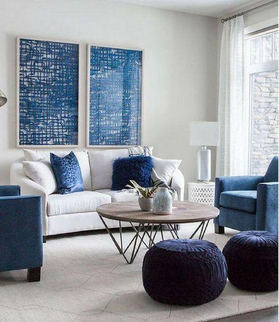 Sala com móveis brancos e azuis.