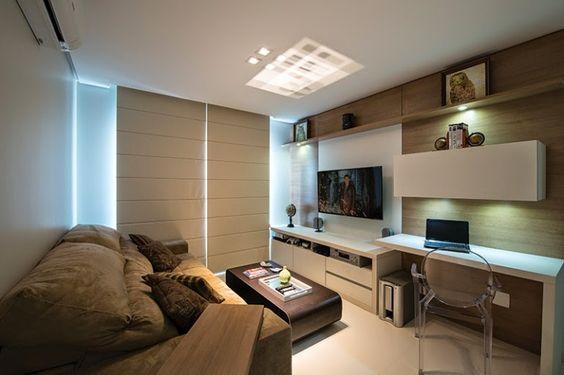 Pequena sala de tv com móvel planejado no painel e na mesa de estudos.