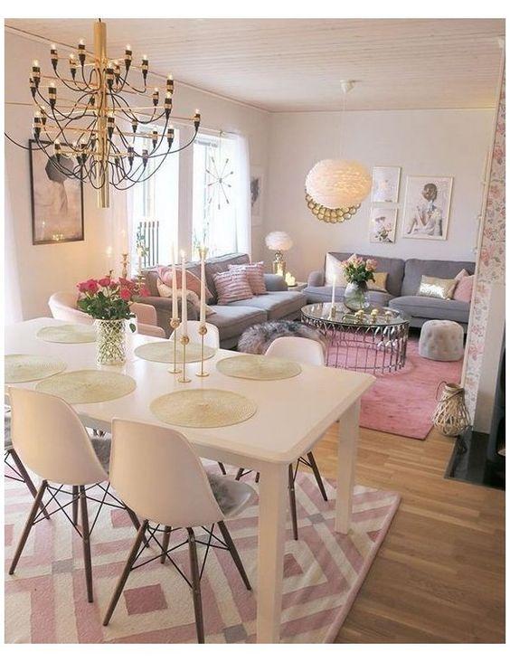 Sala de jantar e de estar decoradas com cores claras.