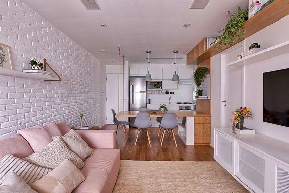 Cozinha, sala de jantar e de tv integradas.