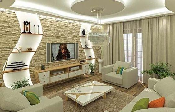 Sala de estar com poltronas e sofá brancos e almofadas coloridas.