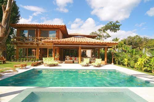 Casa de campo com uma piscina grande e uma pequena.
