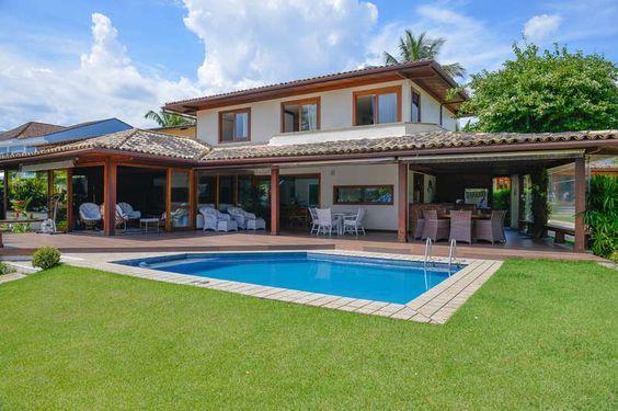 Casa de campo com grande varanda e piscina.