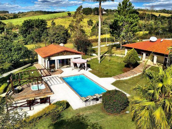Casa de campo com área de lazer, piscina e hidromassagem.