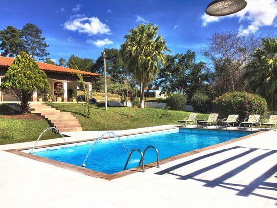 Casa de campo com piscina em nível abaixo da casa.