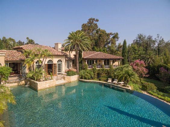 Casa de campo com piscina grande.