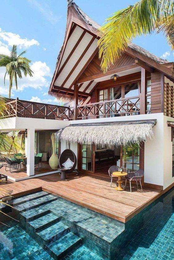 Casa de campo com madeira e piscina.