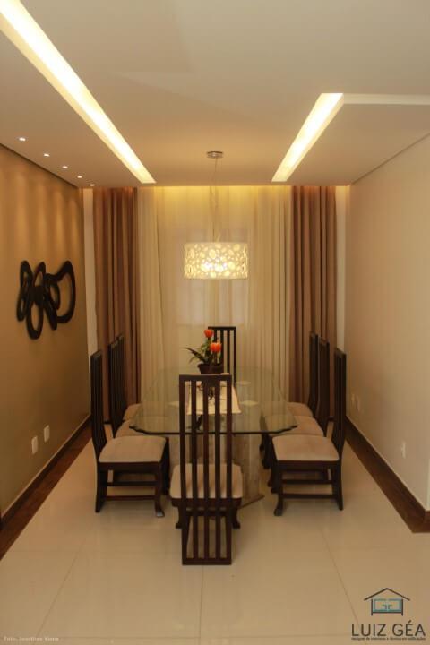 Sala de jantar com paredes combinando com as cortinas.