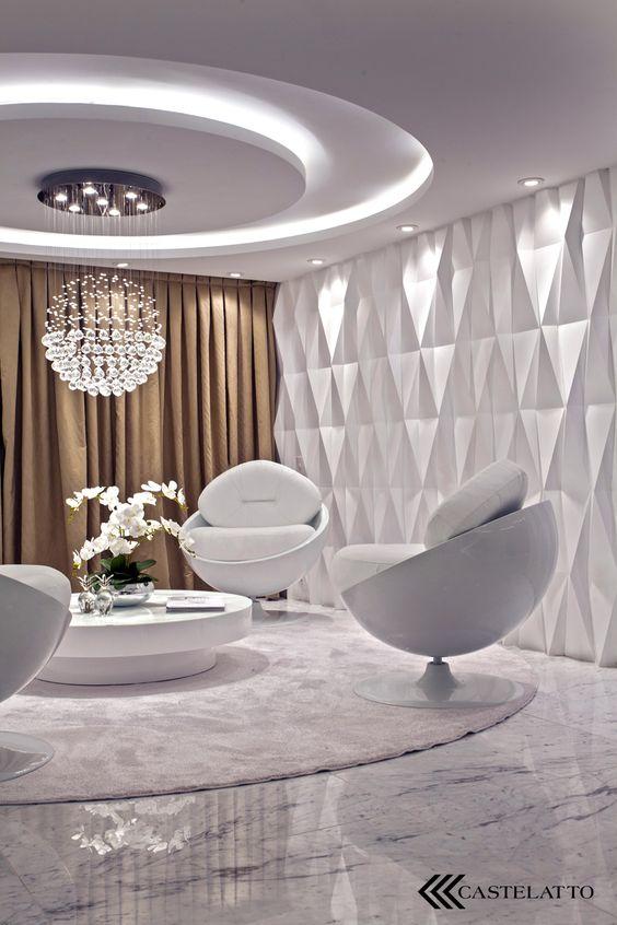 Sala branca com parede de textura e cortina marrom.