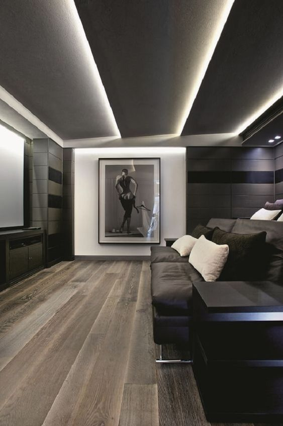 Sala escura com grande quadro.