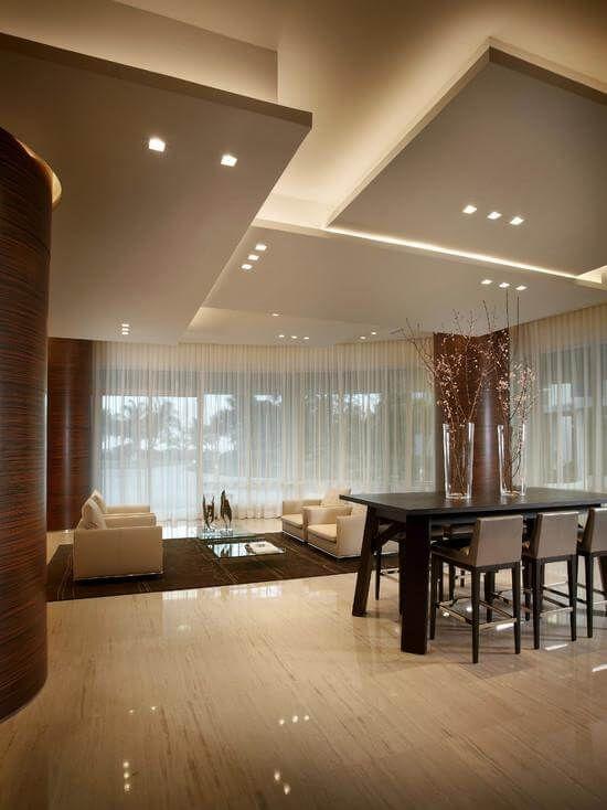 Grande sala de estar com decoração minimalista.