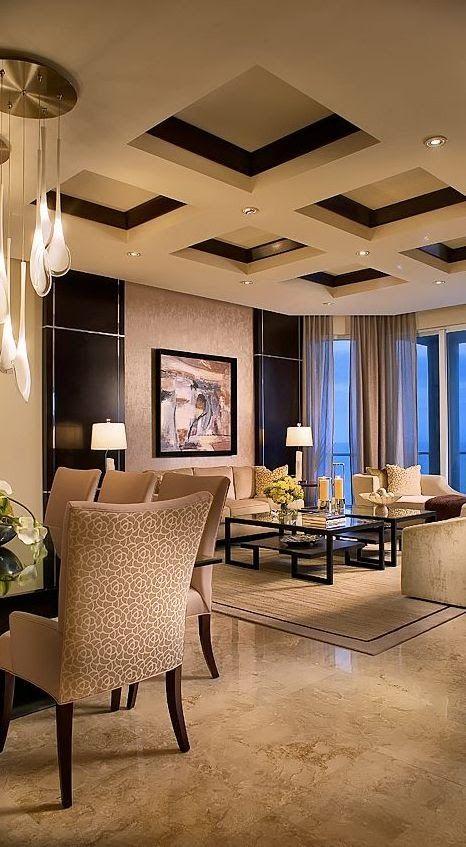 Grande sala com teto com quadrados de gesso.