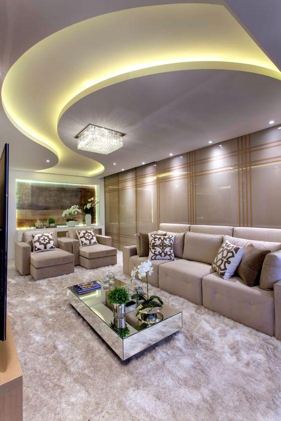 Sala de estar moderna com mesa de centro espelhada.