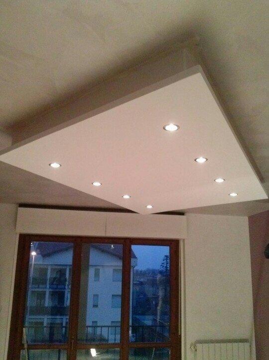 Sala com varanda e teto rebaixado.