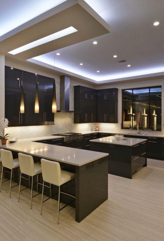 Cozinha americana com iluminação embutida na sanca de gesso