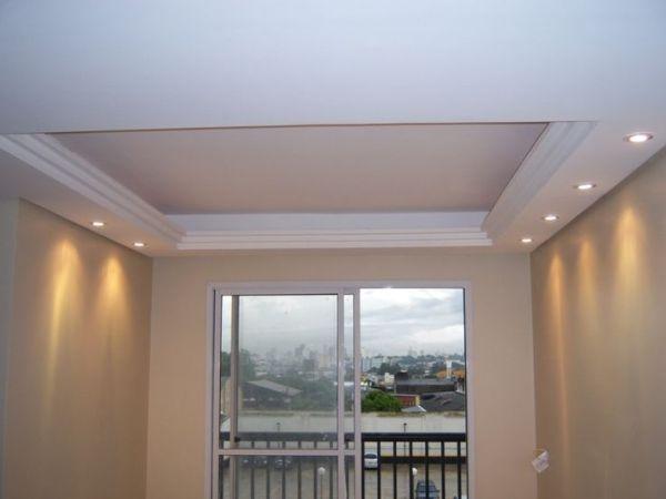 Cômodo com iluminação embutida próximo às paredes.