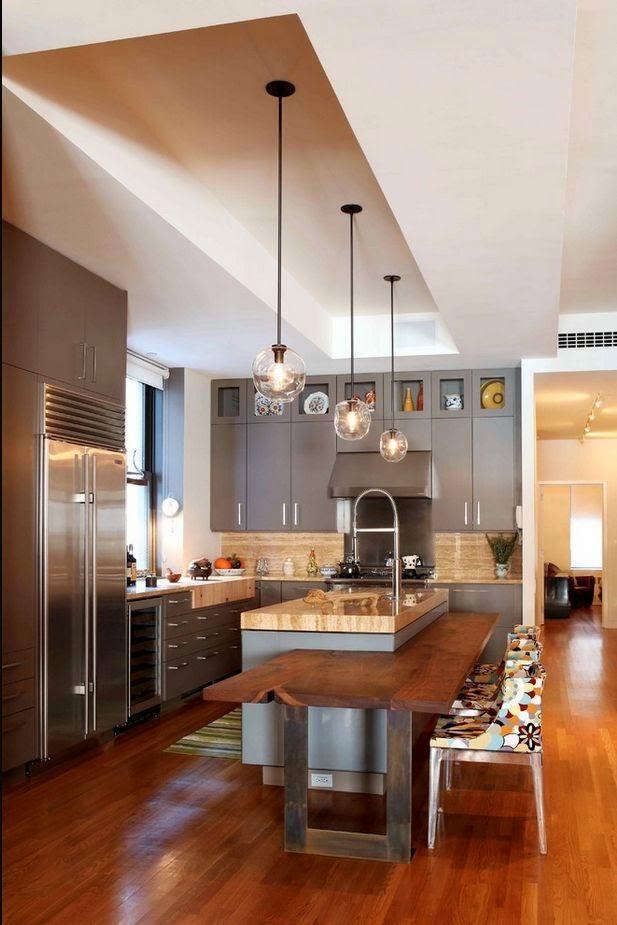 Cozinha com sanca de gesso rebaixada formando um retângulo vazado.
