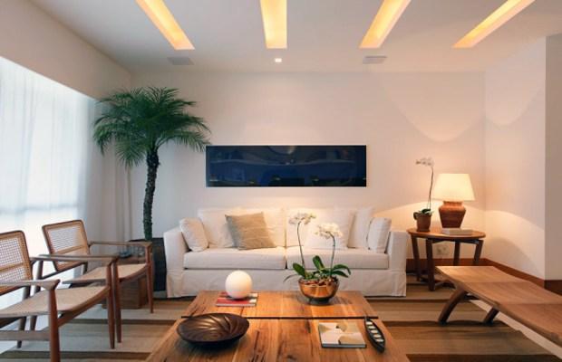 Sala de estar com faixas de iluminação na sanca de gesso.
