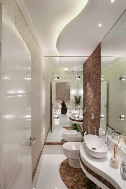 Banheiro branco com detalhes marrons.