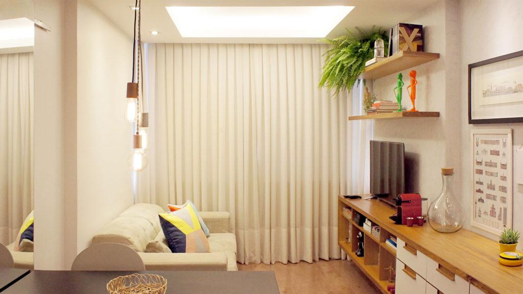 Sala com grande espaço na sanca de gesso para iluminação.