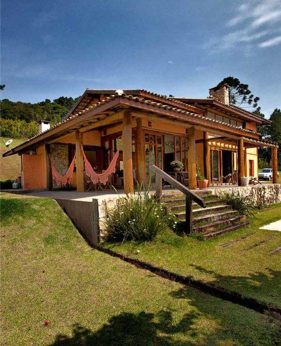 Casa de campo com detalhes de madeira e de pedra.