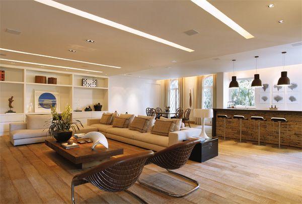 Grande sala com vãos de iluminação na sanca de gesso.