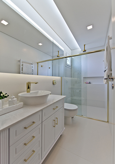 Banheiro com sanca de gesso e iluminação embutida.