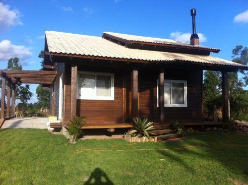 Casa de campo de madeira com janelas brancas.
