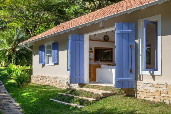 Casa de campo com portas e janelas azuis.