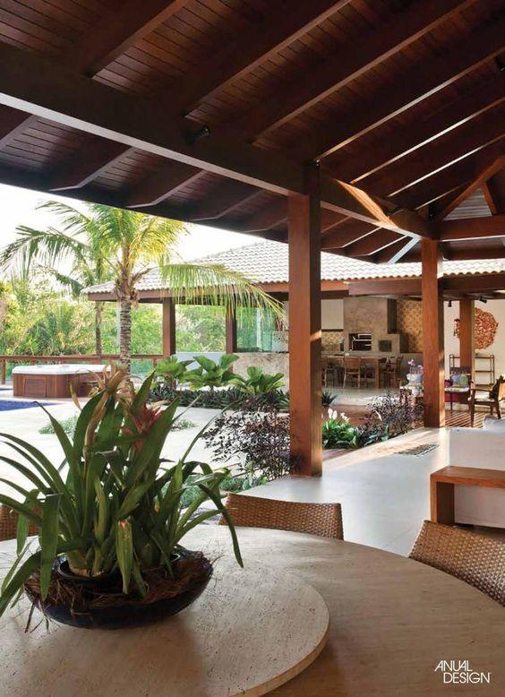 Casa de campo com área de lazer e piscina.