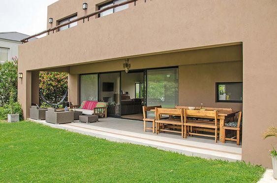 Casa de campo com varanda e gramado.