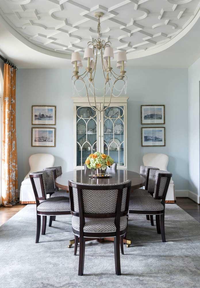 Sala de jantar com teto decorado.