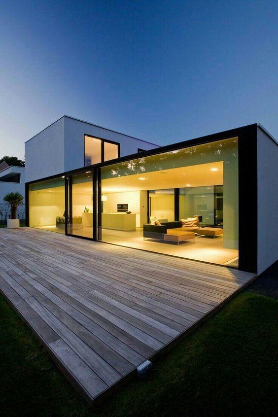 Casa de campo moderna com deck de madeira.