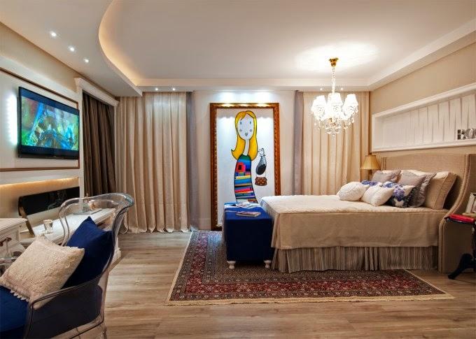 Quarto de casal com lustre em cima da cama.