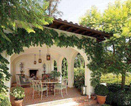 Casa de campo com varanda com lareira.