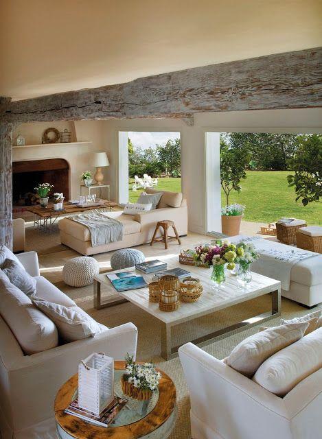 Varanda de casa de campo com móveis brancos.