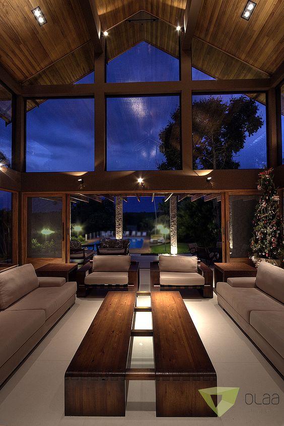 Sala de estar de casa de campo em frente a piscina.