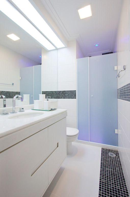 Banheiro com dois focos de iluminação.