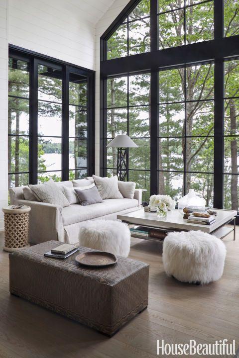 Casa de campo com sala de estar com janelas.