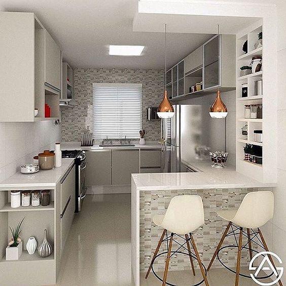 Cozinha cinza e branca com iluminação embutida.