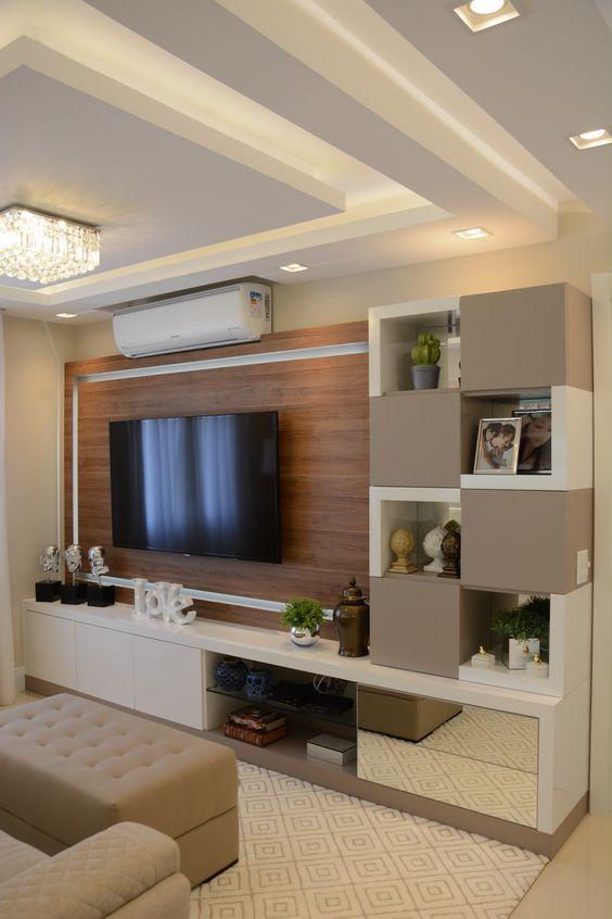 Sala de tv com sanca de gesso e lustre.