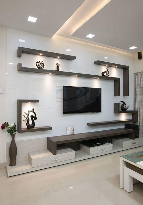 Sala com painel de parede branco com prateleiras escuras.