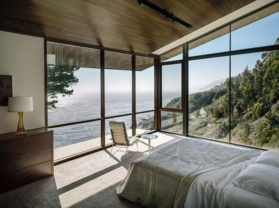 Quarto de casal em casa de campo com vista para o mar.