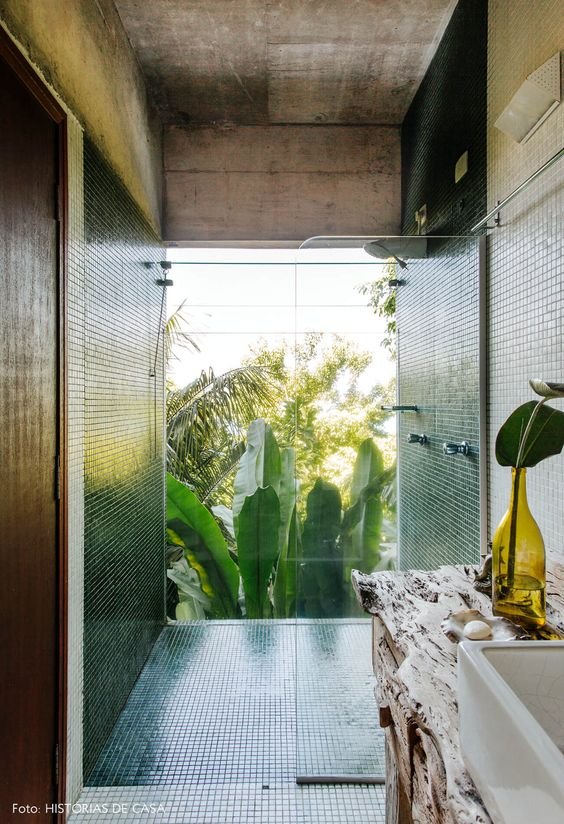 Box do banheiro ao lado de uma parede de vidro.