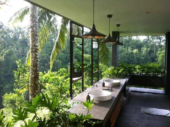 Banheiro de casa de campo de vidro.