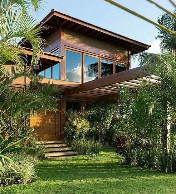 Casa de campo com gramado na entrada.